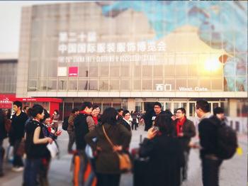 POP参展人员在CHIC2012国际服装博览会展馆外景合影